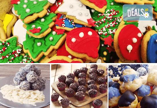 Празничен сет Коледно парти! 80 коледни сладки асорти: меденки с канела (елхички, декоративни топки, снежинки, коледни звезди), бели снежни топки с кокос, мъфини с шоколад и портокал, еклери с крем за празниците от Muffin House! - Снимка 1