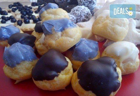 Празничен сет Коледно парти! 80 коледни сладки асорти: меденки с канела (елхички, декоративни топки, снежинки, коледни звезди), бели снежни топки с кокос, мъфини с шоколад и портокал, еклери с крем за празниците от Muffin House! - Снимка 4