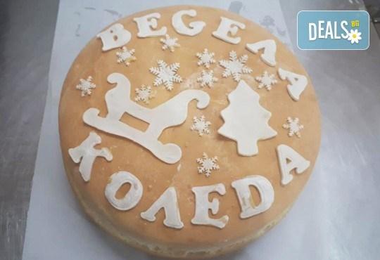 Празниците идват! Голяма празнична погача, 1.500 или 2.000 кг., с надпис Весела Коледа или ЧНГ 2018, орнаменти и паричка от Пекарна Слънце! - Снимка 1