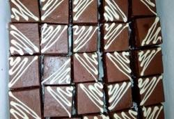 Сладки моменти! 30 броя шоколадови мини тортички (петифури) с крем, какаови блатове и декорация от Muffin House! - Снимка