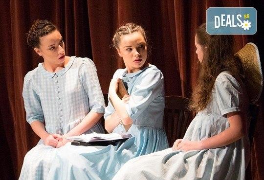 На театър с децата! Гледайте Алиса в страната на чудесата на 23.12.от 11 ч. в Младежки театър, голяма сцена! 1 билет - Снимка 1