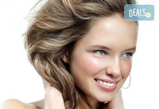 Перфектна визия! Безиглено влагане на хиалуронова киселина за попълване на бръчки и уголемяване на устни в Салон за красота и СПА Станиели! - Снимка 1
