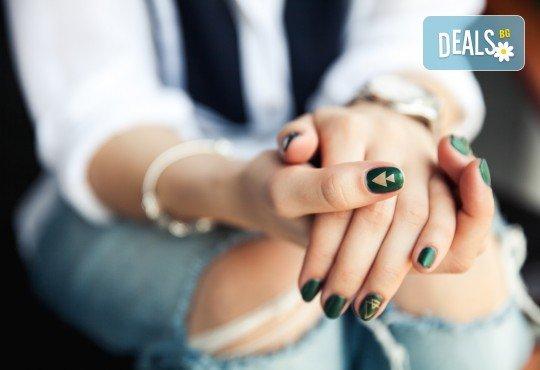 За нежни ръце и перфектен стил! Маникюр с лакове на Morgon Taylor или Gelish + бонус: 2 декорации и парафинова терапия в Салон за красота и СПА Станиели! - Снимка 1