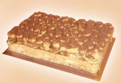 С аромат на кафе! Сладкиш Тирамису с маскарпоне, бишкоти, кафе и ликьор, 12-14 парчета от Сладкарница Джорджо Джани! - Снимка