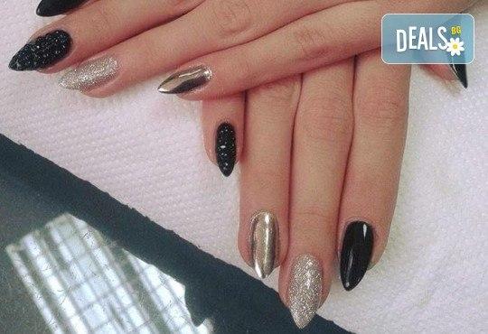 Красиви ръце! Дълготраен маникюр с гел лак Le Vole и 2 декорации в Студио за маникюр Vess Nails - Снимка 9