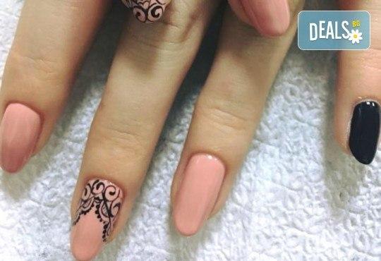 Красиви ръце! Дълготраен маникюр с гел лак Le Vole и 2 декорации в Студио за маникюр Vess Nails - Снимка 12