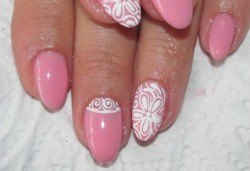 Красиви ръце! Дълготраен маникюр с гел лак Le Vole и 2 декорации в Студио за маникюр Vess Nails - Снимка