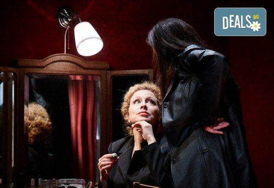 """Гледайте """"Като трохи на прозореца"""", постановка на Малин Кръстев, на 29.12. от 19 ч. в Младежки театър! Премиера за сезона! - Снимка 4"""
