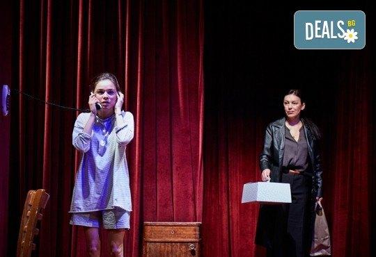 """Гледайте """"Като трохи на прозореца"""", постановка на Малин Кръстев, на 29.12. от 19 ч. в Младежки театър! Премиера за сезона! - Снимка 9"""