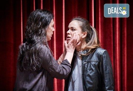 """Гледайте """"Като трохи на прозореца"""", постановка на Малин Кръстев, на 29.12. от 19 ч. в Младежки театър! Премиера за сезона! - Снимка 1"""