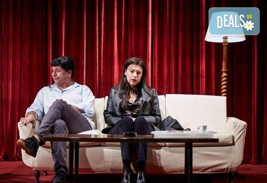 """Гледайте """"Като трохи на прозореца"""", постановка на Малин Кръстев, на 29.12. от 19 ч. в Младежки театър! Премиера за сезона! - Снимка 3"""