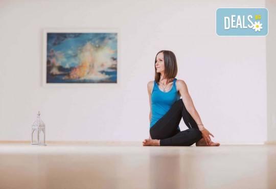Здраво тяло и спокоен ум! 1 посещение на йога практика по избор в новооткритото йога студио Narayana в центъра на София! - Снимка 8