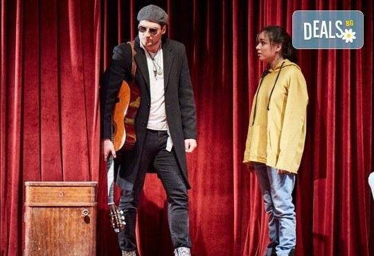 """Гледайте """"Като трохи на прозореца"""", постановка на Малин Кръстев, на 24.01. от 19 ч. в Младежки театър! Премиера за сезона! - Снимка 11"""