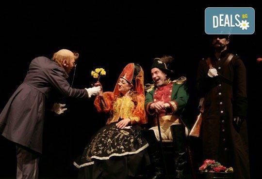 Гледайте Калин Врачански и Мария Сапунджиева в Ревизор в Театър ''София'' на 04.02. от 19 ч., билет за един - Снимка 4