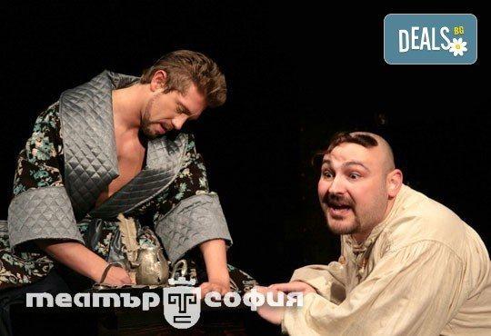 Гледайте Калин Врачански и Мария Сапунджиева в Ревизор в Театър ''София'' на 04.02. от 19 ч., билет за един - Снимка 1