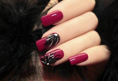 Красиви и ярки цветове! Маникюр с гел лак и 2 декорации в салон за красота Мария Везенкова!