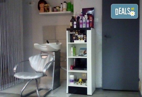 Терапия за коса с хиалурон за фини, късащи се коси, подстригване, масажно измиване, филър с хиалурон и прическа в студио за красота LD - Снимка 7