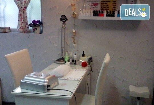 Терапия за коса с макадамия, подстригване, масажно измиване, маска с макадамия и оформяне на ежедневна прическа в студио LD - Снимка 6