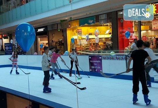 Незабравимо забавление! Наем за 1 час на синтетична ледена пързалка Ice Synthetic Rink в МОЛ Paradise Center за рожденни дни, партита и други събития! - Снимка 3