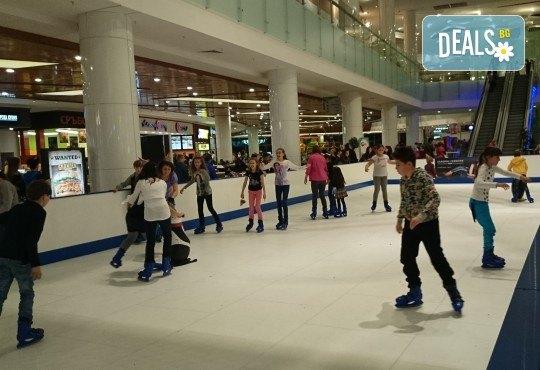 Незабравимо забавление! Наем за 1 час на синтетична ледена пързалка Ice Synthetic Rink в МОЛ Paradise Center за рожденни дни, партита и други събития! - Снимка 5