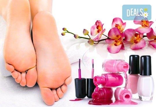 Класически педикюр с обикновен или гел лак на SNB и масаж на ходилата с омекотяващ балсам в салон Bellisima Donna - Снимка 1