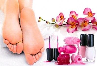 Класически педикюр с обикновен или гел лак на SNB и масаж на ходилата с омекотяващ балсам в салон Bellisima Donna - Снимка