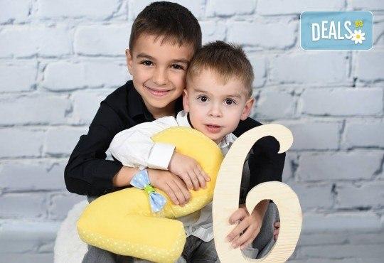 Професионална студийна фотосесия за деца с красиви декори и аксесоари за рожден ден от GALLIANO PHOTHOGRAPHY - Снимка 7