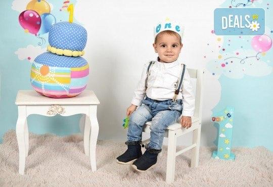 Професионална студийна фотосесия за деца с красиви декори и аксесоари за рожден ден от GALLIANO PHOTHOGRAPHY - Снимка 3