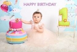 Професионална студийна фотосесия за деца с красиви декори и аксесоари за рожден ден от GALLIANO PHOTHOGRAPHY - Снимка
