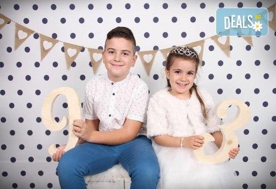 Професионална студийна фотосесия за деца с красиви декори и аксесоари за рожден ден от GALLIANO PHOTHOGRAPHY - Снимка 9
