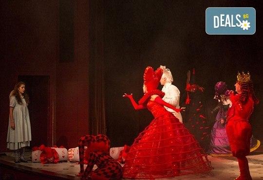 На театър с децата! Гледайте Алиса в страната на чудесата на 11.02. от 11 ч. в Младежки театър, голяма сцена! 1 билет - Снимка 10