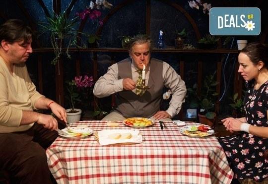 Гледайте Герасим Георгиев - Геро и Владимир Пенев в Семеен албум на 18.02. от 19 ч, в Младежки театър, 1 билет! - Снимка 1