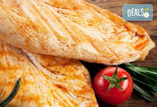 Вкусна вечеря за двама! 2 порции ароматни пилешки филенца със зеленчуци и 2 чаши наливно вино по избор в ресторант Saint Angel - Снимка 2