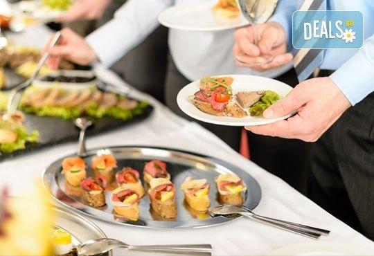 90 апетитни коктейлни хапки с ароматен крем и пушена сьомга, прошуто, моцарела и чери домати и френски сирена от Густос Кетъринг! - Снимка 2