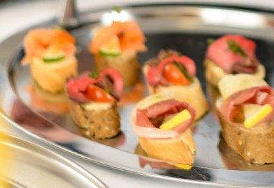 90 апетитни коктейлни хапки с ароматен крем и пушена сьомга, прошуто, моцарела и чери домати и френски сирена от Густос Кетъринг! - Снимка
