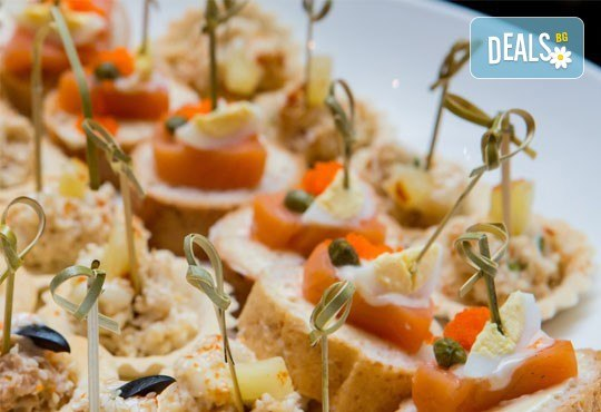 110 разнообразни хапки с пуешко филе и топено сирене, шунка, маслинов пастет и лимон, луканка, кашкавал и маслинка и мини еклери с мус рокфорд от Топ Кет Кетъринг! - Снимка 1