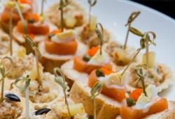 110 разнообразни хапки с пуешко филе и топено сирене, шунка, маслинов пастет и лимон, луканка, кашкавал и маслинка и мини еклери с мус рокфорд от Топ Кет Кетъринг! - Снимка