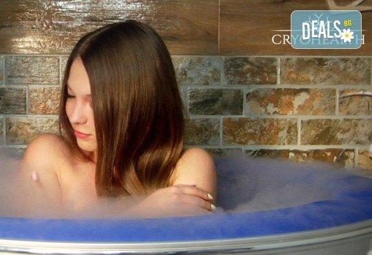 Блаженство за сетивата! Ароматерапия на цяло тяло с топли масла и 1 процедура в криосауна + бонус: напитка от център Cryohealth! - Снимка 8