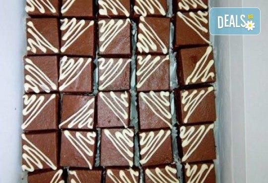 Сладки моменти! 30 броя шоколадови мини тортички (петифури) с крем, какаови блатове и декорация от Muffin House! - Снимка 1