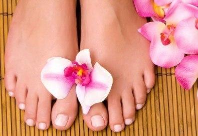 Перфектни крачета! Медицински или класически педикюр + масаж на ходилата и гел лак Clarissa в Салон за красота Клеопатра!