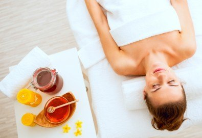 Детоксикиращ масаж със 100% натурален зехтин или мед на гръб или на цяло тяло в студио за красота Jessica - Снимка