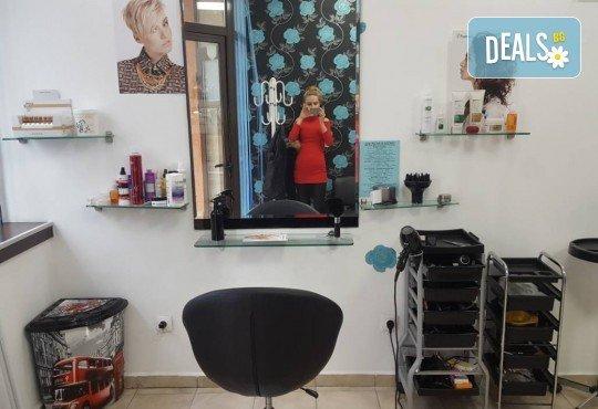 Подхранване и грижа за косата! Нанасяне на златен серум на Selective, масажно измиване и подсушаване със сешоар в салон за красота Суетна! - Снимка 4