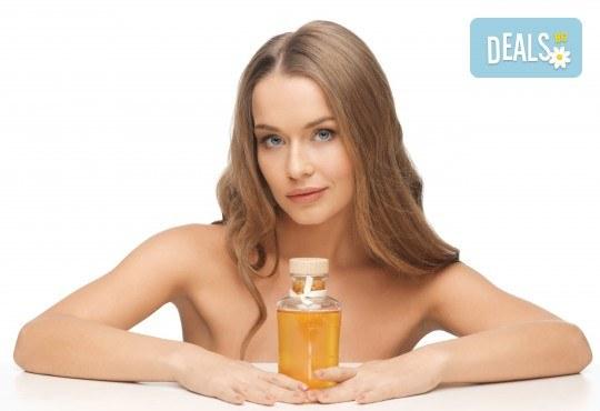 Подхранване и грижа за косата! Нанасяне на златен серум на Selective, масажно измиване и подсушаване със сешоар в салон за красота Суетна! - Снимка 1