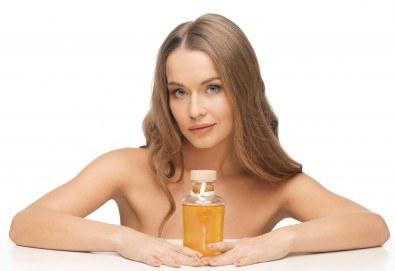 Подхранване и грижа за косата! Нанасяне на златен серум на Selective, масажно измиване и подсушаване със сешоар в салон за красота Суетна! - Снимка