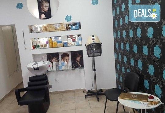 Подхранване и грижа за косата! Нанасяне на златен серум на Selective, масажно измиване и подсушаване със сешоар в салон за красота Суетна! - Снимка 3
