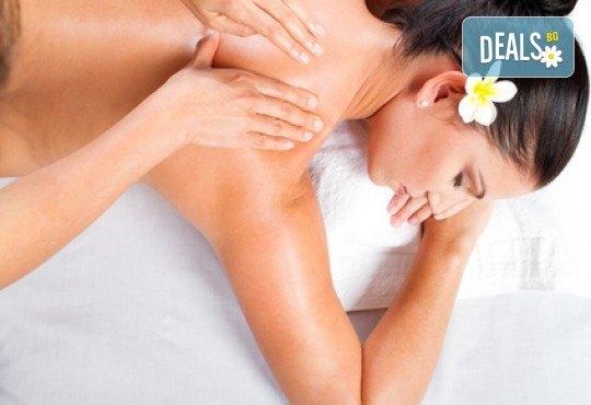 Лечебен успокояващ масаж на гръб, рамене и шия с магнезиево олио в масажно студио Боди баланс - Снимка 1