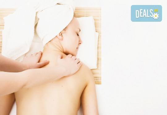 Лечебен успокояващ масаж на гръб, рамене и шия с магнезиево олио в масажно студио Боди баланс - Снимка 3