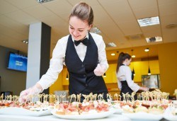 За Вашия празник! 90, 120 или 170 броя коктейлни хапки, аранжирани и декорирани за директно сервиране, от кулинарна работилница Деличи! - Снимка