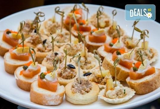 Вземете 75, 120 или 150 броя коктейлни хапки, аранжирани и декорирани за директно сервиране, от кулинарна работилница Деличи! - Снимка 1