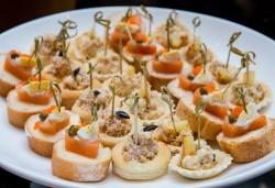 Вземете 75, 120 или 150 броя коктейлни хапки, аранжирани и декорирани за директно сервиране, от кулинарна работилница Деличи! - Снимка